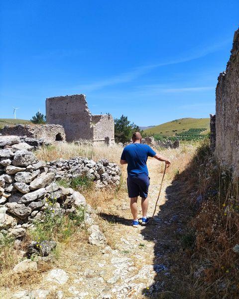 Ο Μάνος τεστάρει την κατσούνα του στο Πύργο Βόιλας στο Χανδρά Λασιθίου